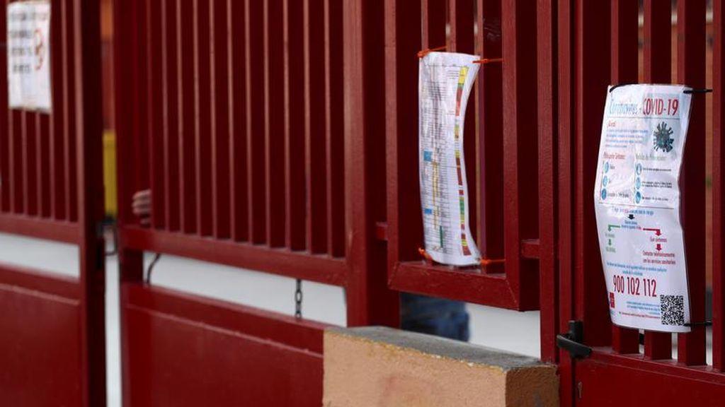 Carteles informativos sobre el coronavirus en la puerta de un colegio