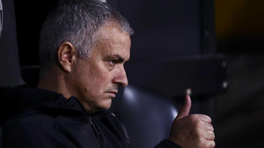 José Mourinho sentado en un banquillo como entrenador de futbol