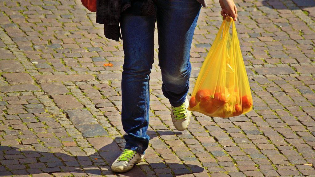 El miedo al coronavirus dispara el uso de las bolsas de plástico:  las de tela y la ropa hay que lavarlas