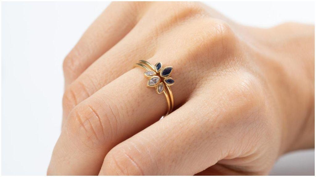 El anillo de zafiro azul.