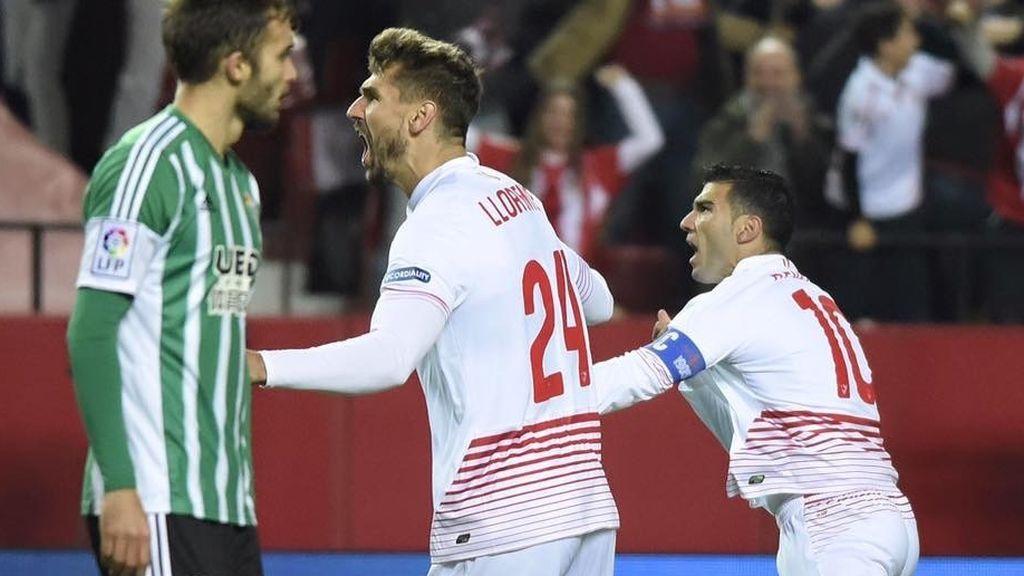 Jose Antonio Reyes y Llorente durante una goleada del Sevilla al Betis por 4-0