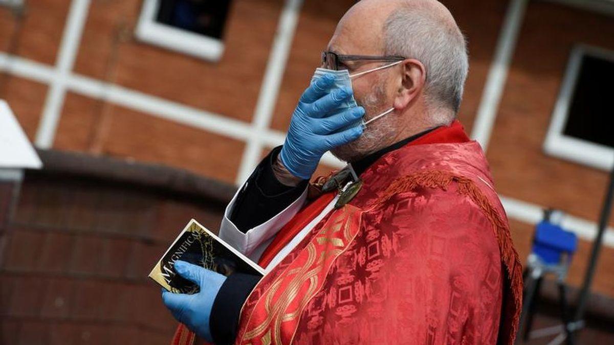 El sacerdote que ayudó a un hombre a despedirse de su padre grabando su funeral en vídeo