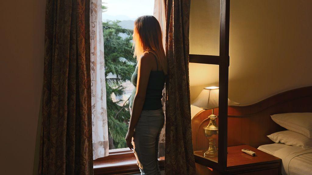 chica mira ventana