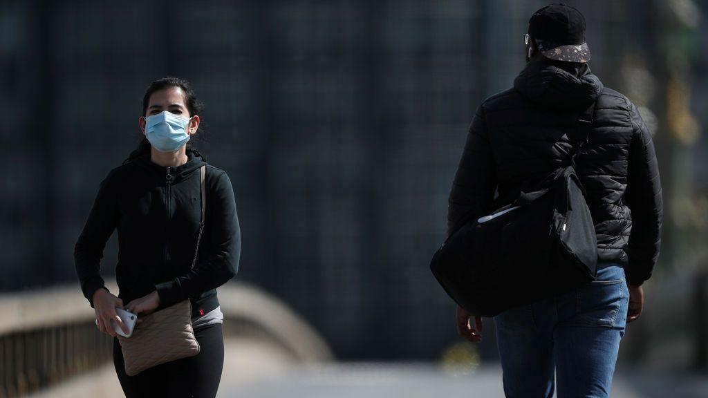 Una mujer con mascarilla en Londres