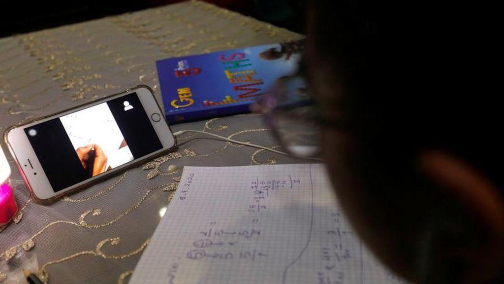 Un joven realiza tareas escolares desde su casa