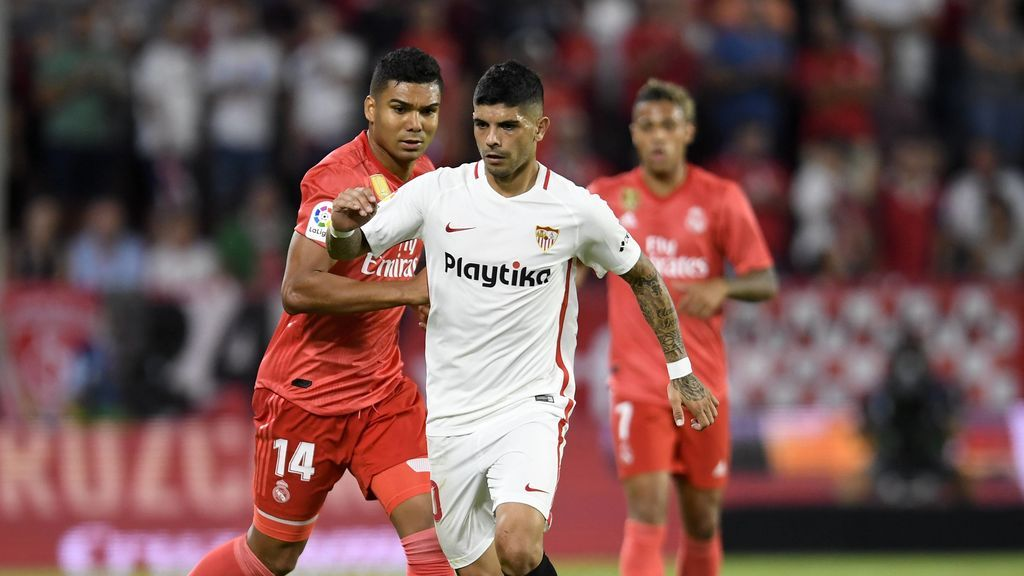 Ever Banega jugando con la camiseta del Sevilla FC