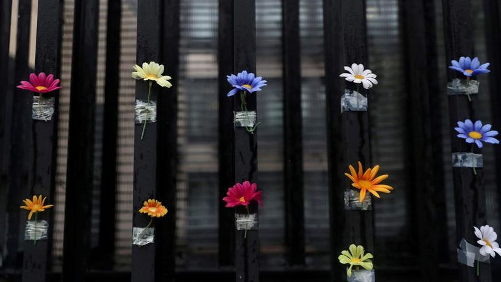 Flores en la puerta de una residencia en señal de apoyo