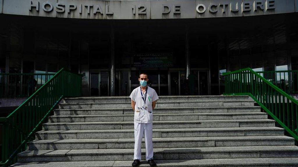 Imagen de un profesional sanitario en el Hospital 12 de Octubre, Madrid