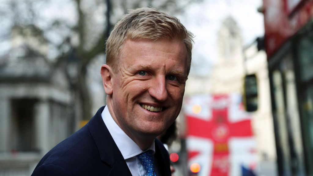 Johnson mejora en la UCI mientras su gobierno prepara más restricciones