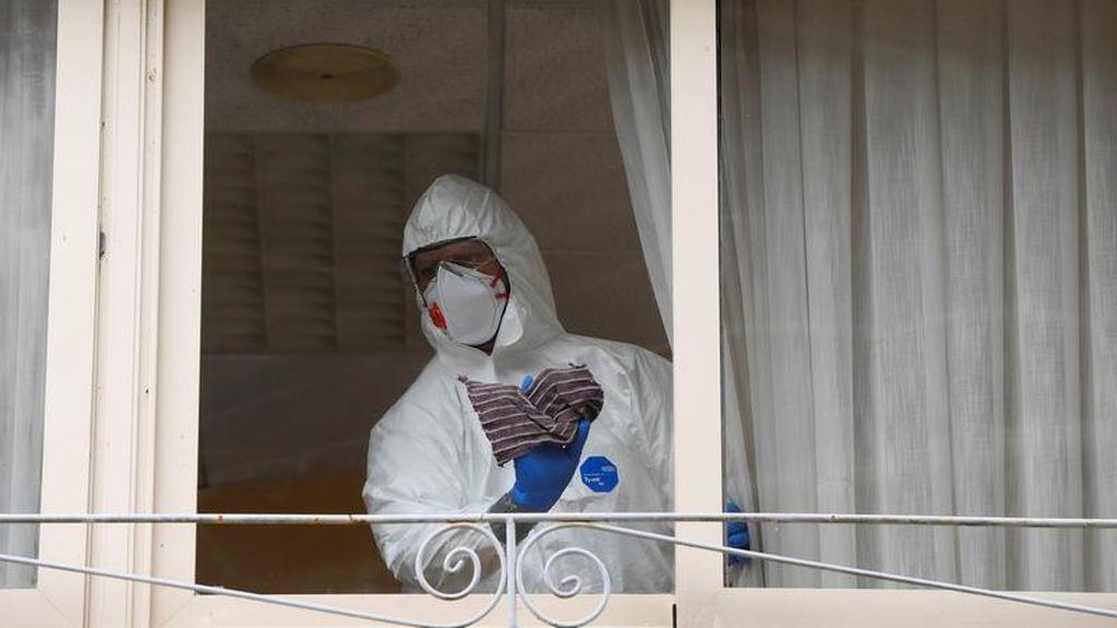 Trabajos de desinfección en una residencia de España