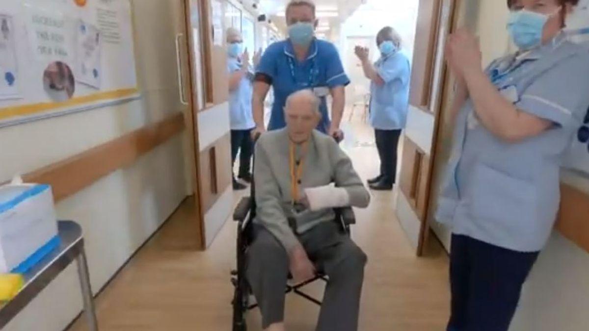 Un veterano de la Segunda Guerra Mundial vence al coronavirus y es homenajeado por las enfermeras