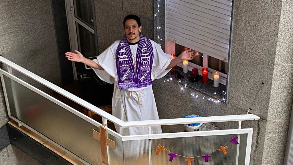Los vecinos vistieron prendas moradas durante esta singular procesión