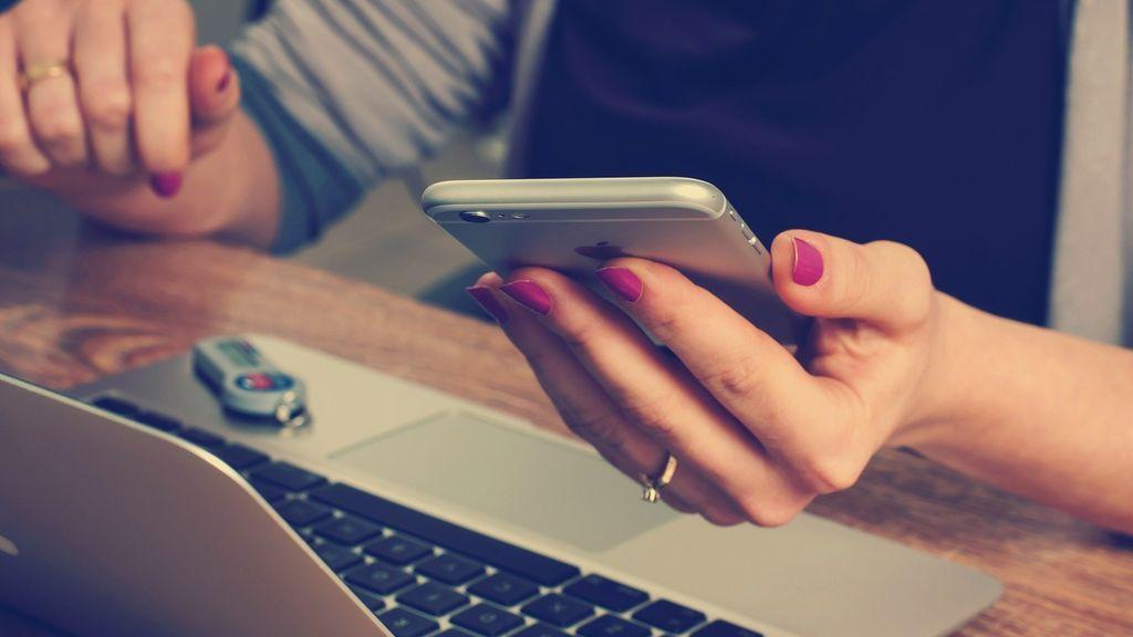 Desinfectar el móvil o las gafas: los consejos de Sanidad para que los trabajadores eviten el coronavirus