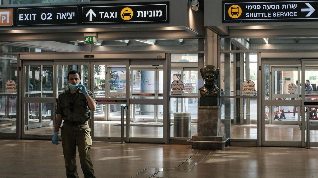 Un militar en el Aeropuerto Internacional Ben Gurión de Tel Aviv, en Israel