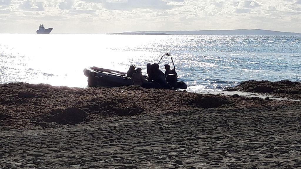 Hallan el cadáver de un hombre joven flotando en una playa de Ibiza