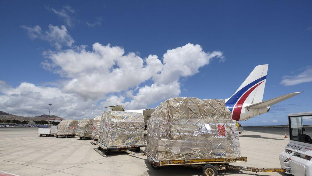 Llega un cargamento de 18.500 kilos de material sanitario comprado por Canarias