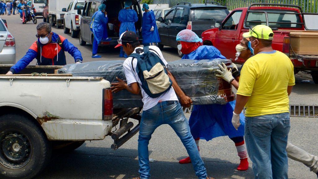 """Marina, española voluntaria en Ecuador: """"Las personas están muriendo en las calles y a las puertas de los hospitales"""""""