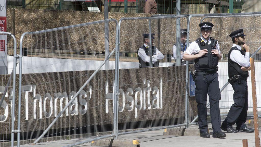 Policías en la puerta del hospital donde se encuentra Boris Johnson