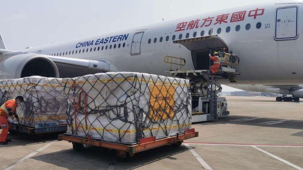 Aterriza un avión de China con 620.000 mascarillas compradas con el fondo promovido por Ferrovial
