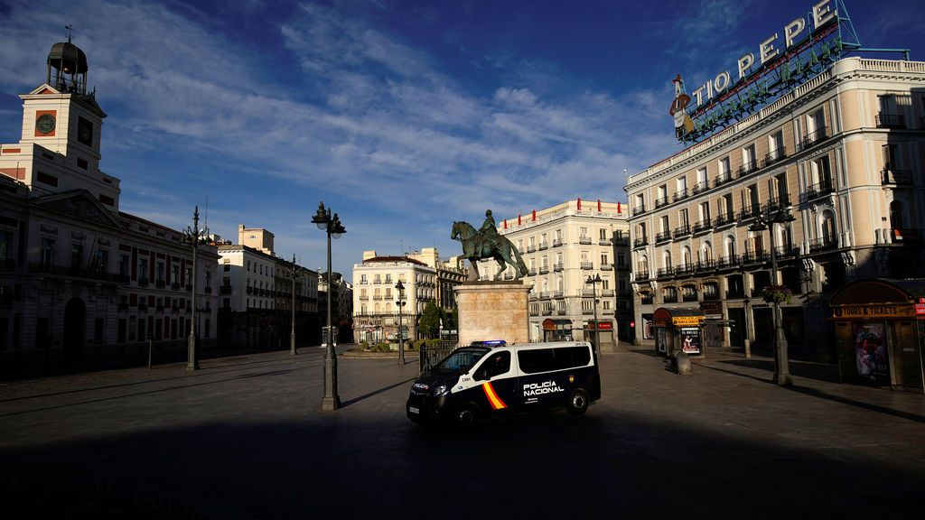 Un vehículo de la Policía Nacional en la Puerta del Sol, Madrid