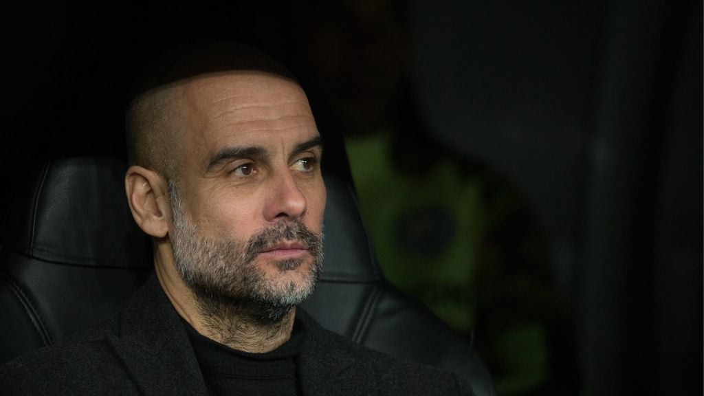 Pep Guardiola, sentado como entrenador de fútbol en un banquillo