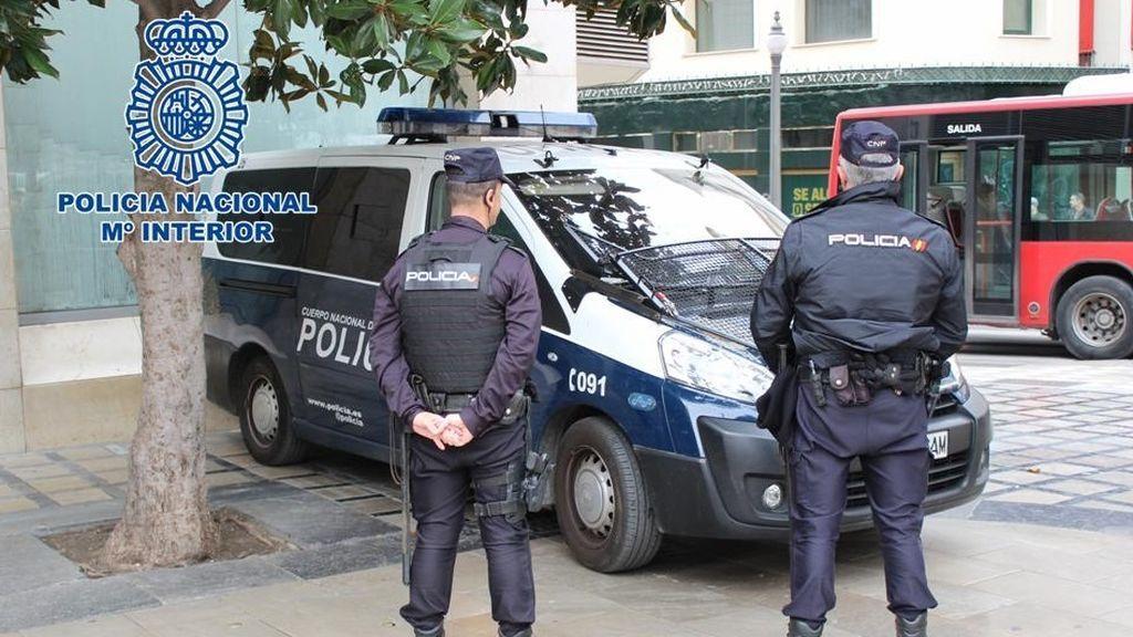 Vecinos de la mujer arrojada por una ventana en Valladolid pusieron en la calle colchones para intentar salvarla