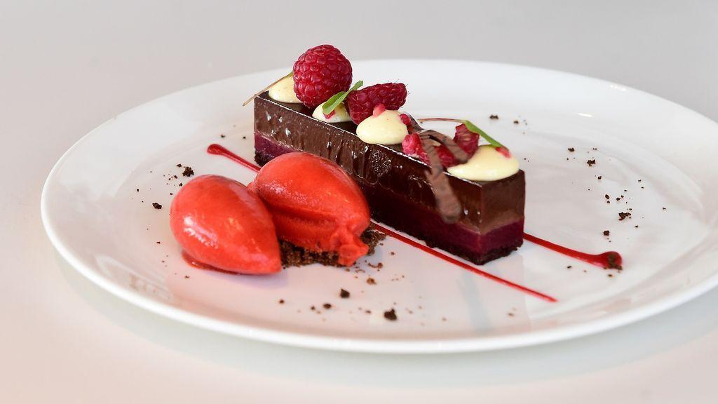 Postre elaborado con chocolate y frutos rojos