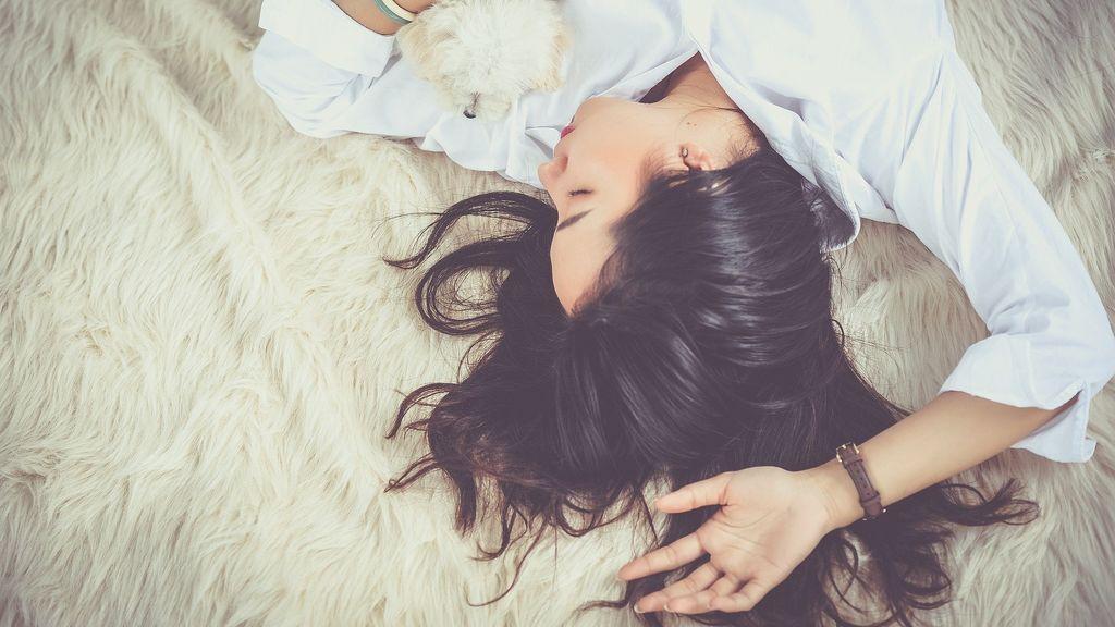 Una joven duerme en su cama