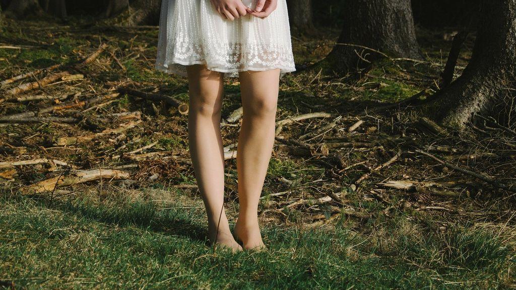 persona andando sin calzado