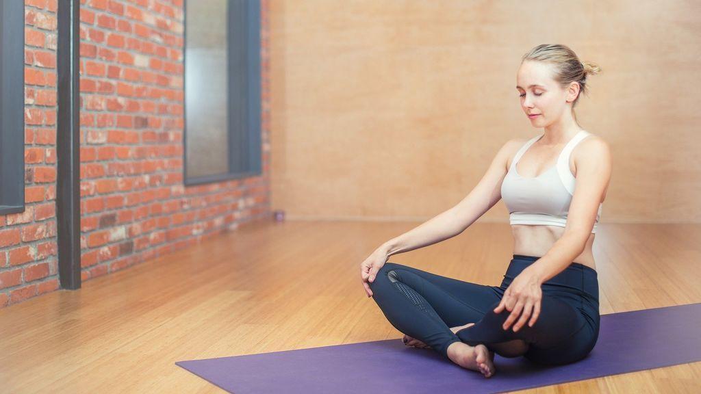 mujer haciendo ejercicios de pranayama durante una práctica de yoga
