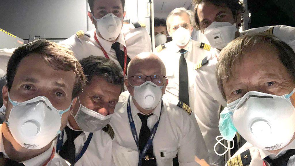"""Un piloto de Iberia que trae mascarillas desde China: """"Ha sido el vuelo más raro y más especial en mis 64 años"""""""