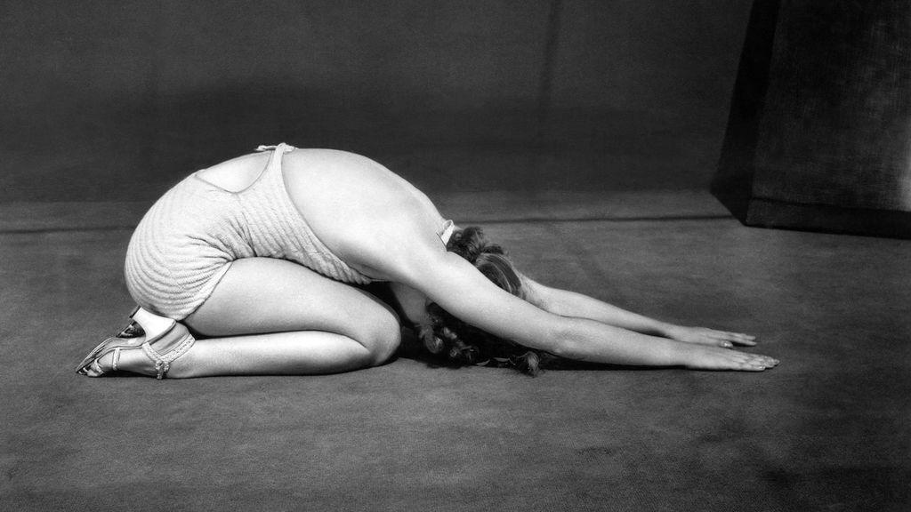 Persona practicando ejercicios de pranayama en casa