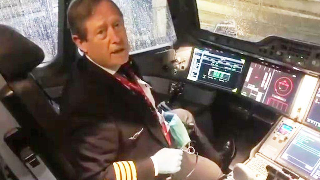 Vicente Alonso 'Titón' en la cabina del A350
