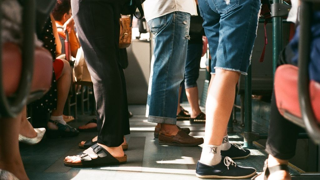 Personas usando distintos tipos de calzado
