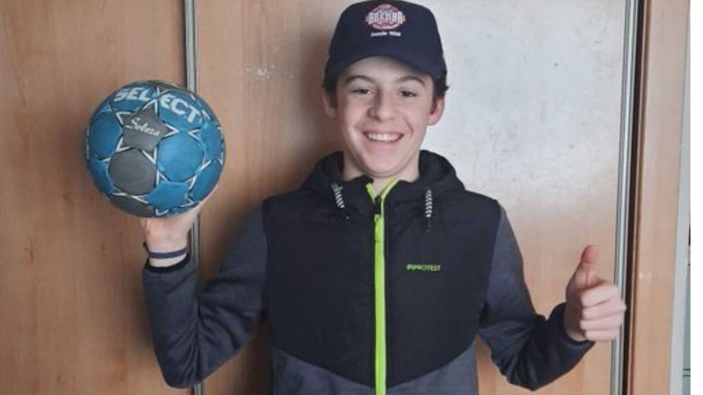 """Un niño pierde un balón de balonmano mientras ayuda a sus abuelos y el Ademar León le manda uno gracias a un cartel en el ascensor: """"Subidón de energía"""""""