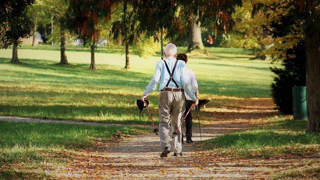 Gente mayor paseando para ejercitarse