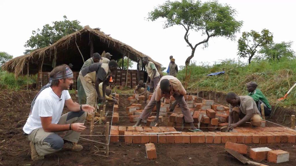 Comienza la fabricación de ladrillos y la construcción de las paredes de la escuela, en  'Mzungu: Operación Congo'