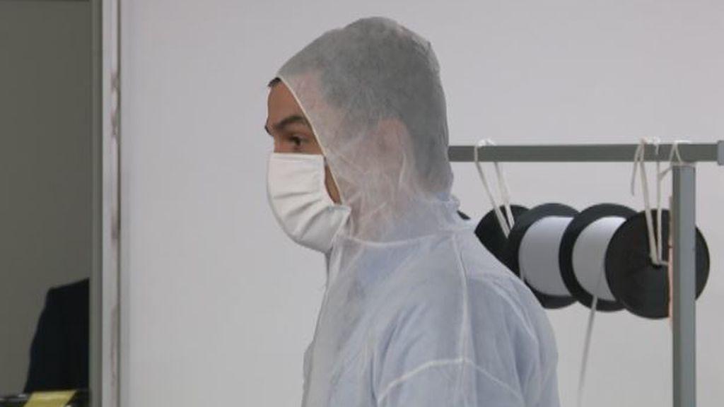Pedro Sánchez visita los talleres de confección de mascarillas de El Corte Inglés