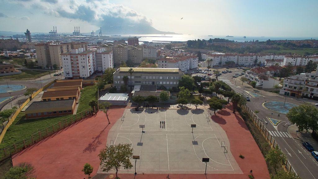 Estudiando en el móvil: sólo 25 de los 400 alumnos de un instituto de Algeciras disponen de ordenador