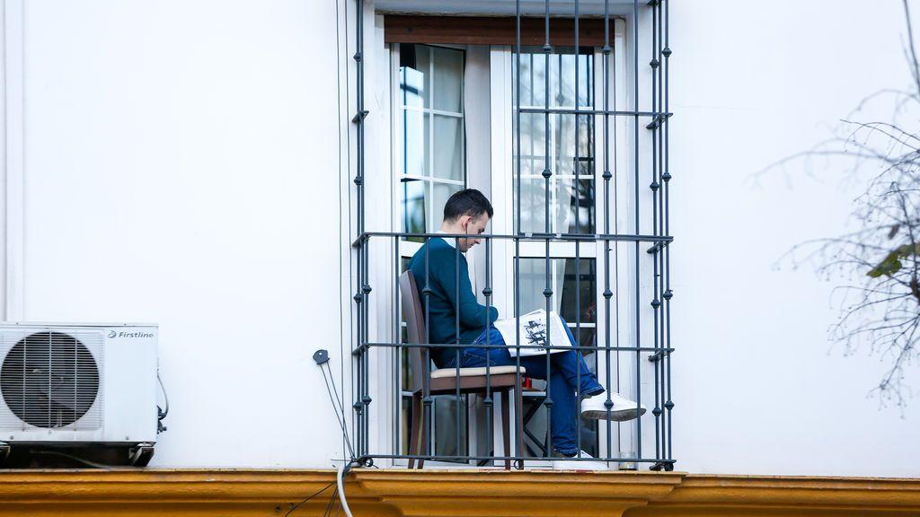 Los expertos aconsejan salir al balcón a tomar el sol durante 30 minutos al día para mantener el reloj biológico