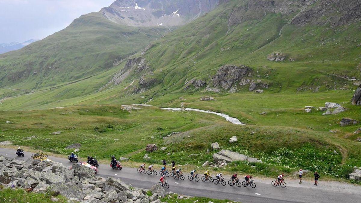 Los ciclistas pasando por el St Jean de Maurienne.