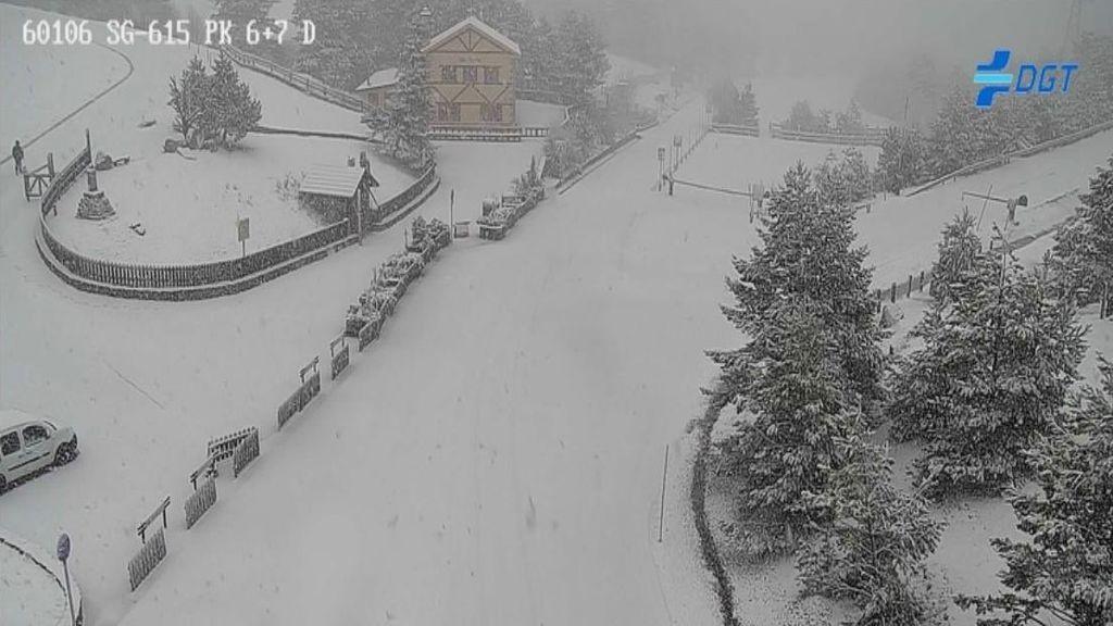 La sierra de Madrid, repleta de nieve pero sin el disfrute de sus vecinos