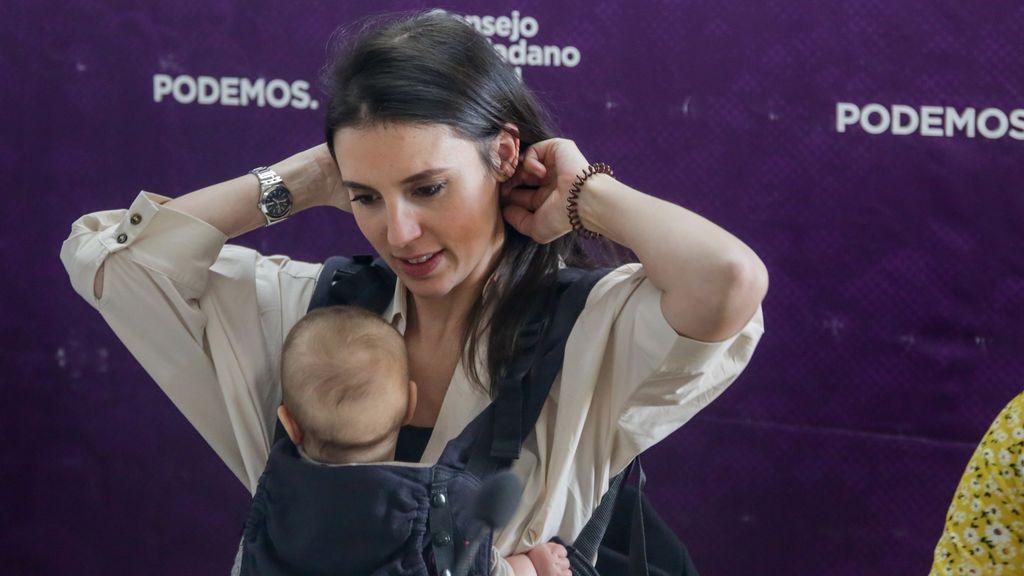 La ministra Irene Montero con su hija