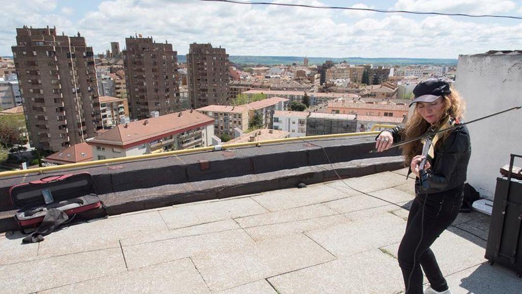 Daniela, la violinista en el tejado de Huesca que toca para aliviar su ansiedad y la de sus vecinos