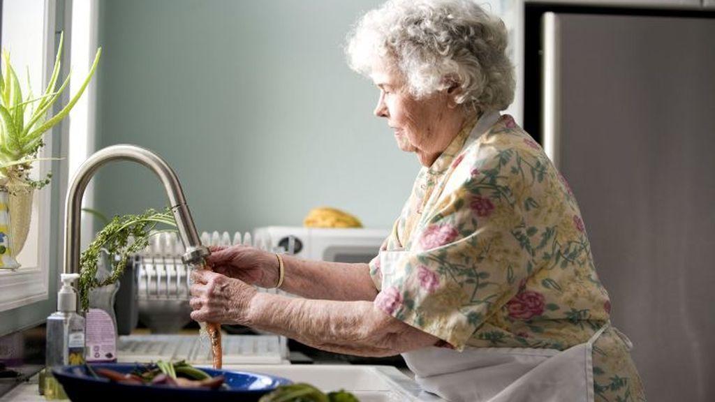 Sanidad admite que confinar a los mayores hasta verano está sobre la mesa