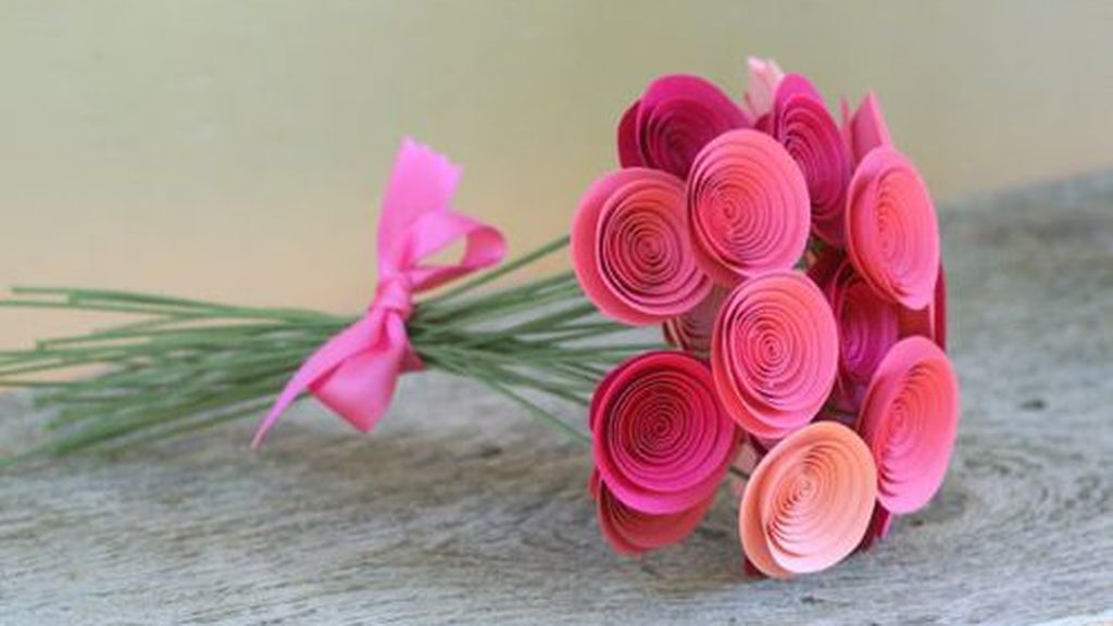 Un ramo de rosas de papel.