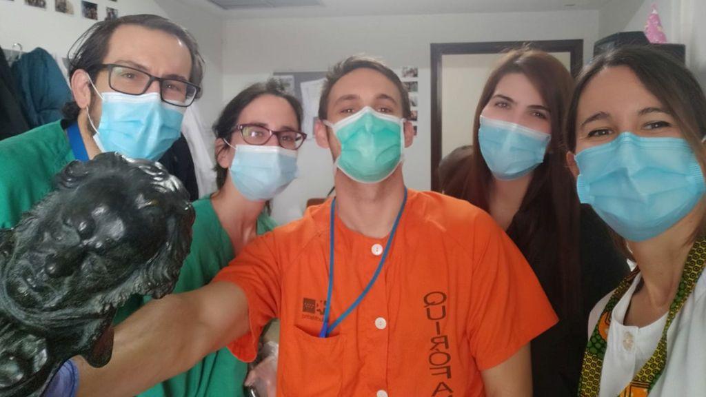 Un Goya en el hospital: la directora Isabel de Ocampo entrega su estatuilla a su vecina sanitaria