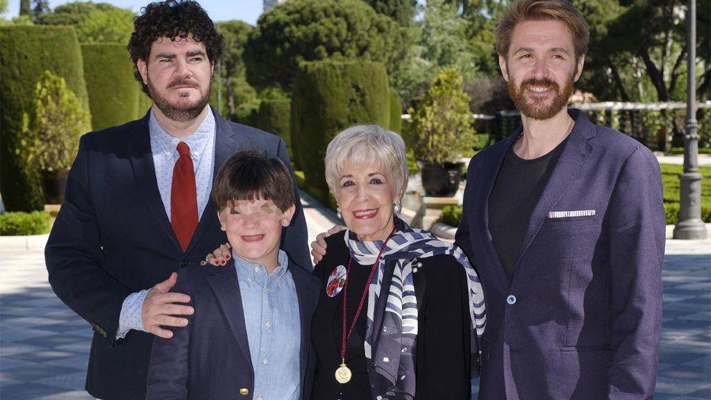 Concha Velasco con sus hijos, Paco y Manuel, y su nieto Samuel