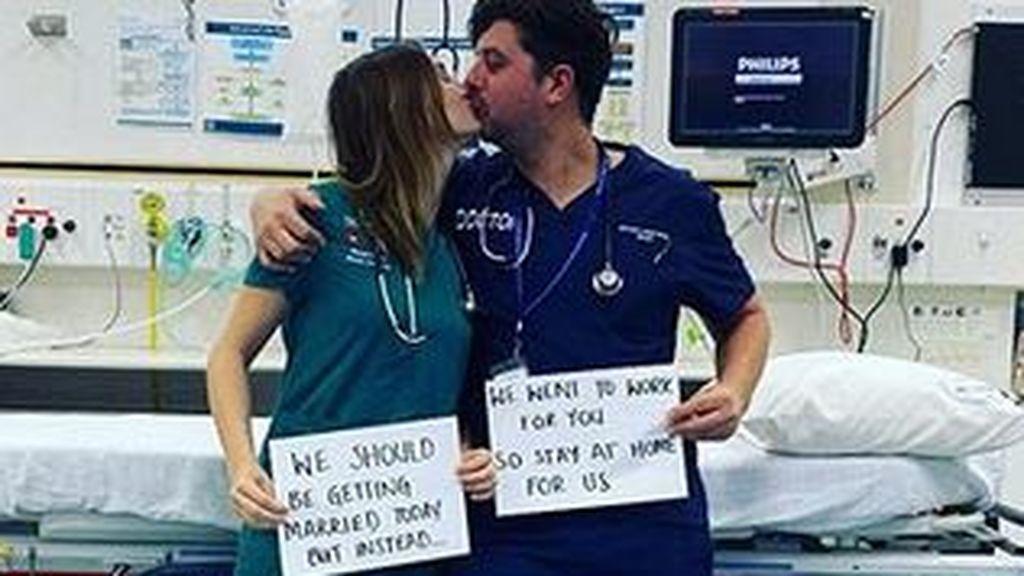 Una pareja de médicos pasa el día de su boda luchando contra el coronavirus