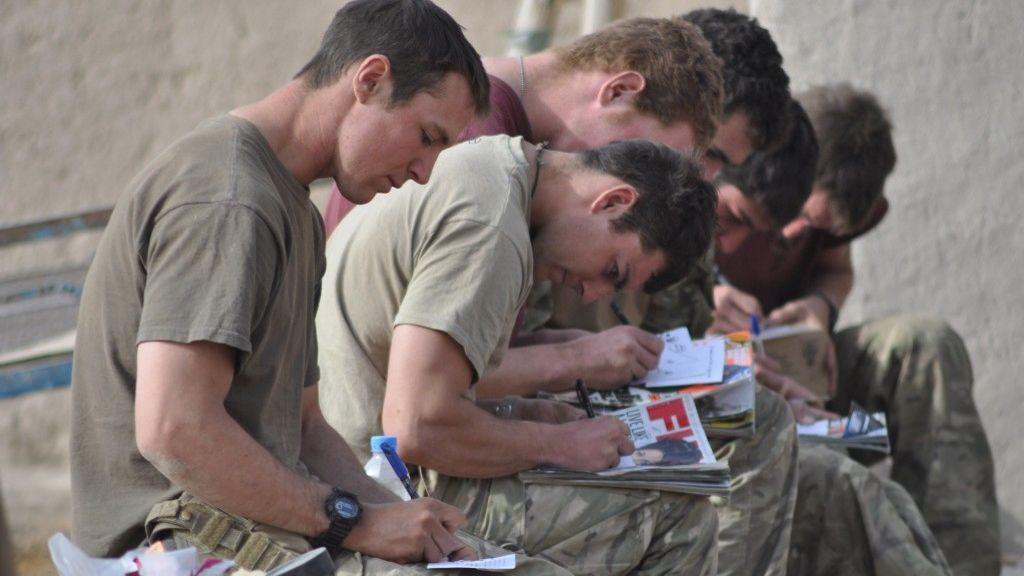 Derek Eland, soldados escribiendo los 'Diary Rooms' en Afganistán